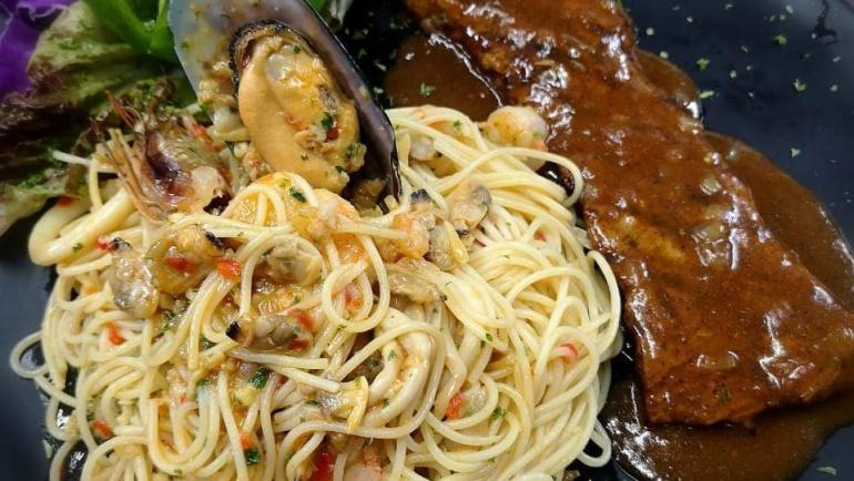 Pasta con Mariscos al Óleo con Carne de Res a la Pimienta